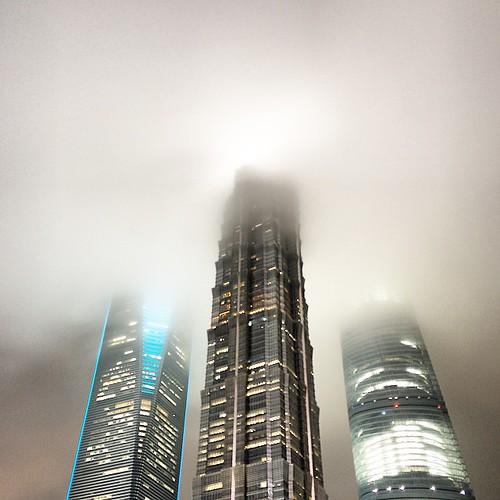 #instagram #shanghai  只为胸中云雾净,自然身列凤凰台 ... Shadow of magic Mordor   魔都之魔力在于各种奇葩天象和城市霓虹的交融幻化,真是飞龙成云滕蛇游雾!!  #iphoneOnly #OnlyIphone #iphonegraphy #上海 #魔都 #台风