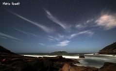 Com as Estrelas na Praia das Conchas (mariohowat) Tags: riodejaneiro natureza estrelas noturnas longaexposição praiadasconchas barradeguaratiba grandeangular platinumheartaward praiadosbúzios