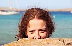 La chica de la roca (jcmejia_acera) Tags: sea summer woman beach face island mar mujer barco ship cara playa redhead verano oculta freckles mirada spying isla rostro pelirroja roca menorca espiando pecas pregonda