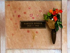 Grab von Marilyn Monroe (acmelucky777 (so busy right now...)) Tags: california park usa cemetery marilyn la us los memorial baker village angeles brothers monroe pierce norma westwood jeane kalifornien staaten 2015 vereinigten blondine p1160485