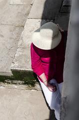 Penses (JSEBOUVI : 2 millions views !) Tags: red verde green portugal hat rouge pierre lisboa lisbon vert ombre vermelho chapeau bracelet blanc marche lisbonne attente algue placeducommerce praadocomerio jsebouvi