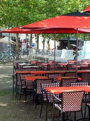 On est all cherch l'Ordinateur, et son servant, Silvin,  Rennes (Chti-breton) Tags: table pluie parasol chaise sige
