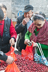 Market in Pingyao (:: Blende 22 ::) Tags: china old morning people streets fruits canon town market earlymorning streetscene vegetable fresh historic shanxi altstadt oldtown morgen unescoworldheritage pingyao weltkulturerbe morgens streetlive strasen canon50d canoneosd strasenszene efs1585mmf3556isusm
