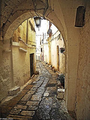 italy painterly alley vicolo puglia ostuni... (Photo: michele masiero on Flickr)