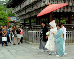 Private vs. public (oobwoodman) Tags: wedding japan temple bride parents kyoto shrine ceremony marriage kimono serene tradition hochzeit japon yasaka
