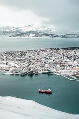Tromsø (No puede hacerlo otro) Tags: tromso cablecar cable car teleferico teleférico vista view panoramica panorámica noruega norway azul blue fjellheisen puerto port haven harbor océano oceano ártico artico artic ocean océanoártico oceanoartico articocean barco ship nieve snow invierno winter enero january mardenoruega norwegiansea mar sea