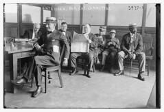 Anglų lietuvių žodynas. Žodis anteroom reiškia n 1) prieškambaris; 2) laukiamasis kambarys lietuviškai.