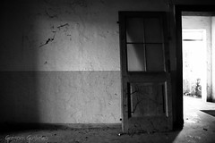 Il mondo  andato avanti... (Guggi11) Tags: door light shadow white black dark ombre riposo silence future porta rest pace past venezia bianco nero giulia futuro passato friuli mondo silenzio gilia decimo abbandonato guglielmo giuli abbandon azzano