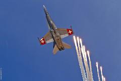 Flares! (Sbastien Locatelli) Tags: canon eos is force aviation air 14 300mm airshow 7d l 100 hornet boeing usm ef f4 forces payerne fa18 2014 suisses mcdonneldouglas ariennes sbastienlocatelli