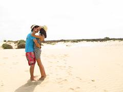 Besos de sal II (Por mi tripa...) Tags: sea espaa mer love beach hat mar andaluca spain sand couple pareja amor playa arena amour sombrero cdiz plage beso petit amies spagne