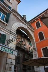 Archway in Piazza dei Signori (stubobart) Tags: italy caf architecture verona archway trattoria veneto piazzadeisignori