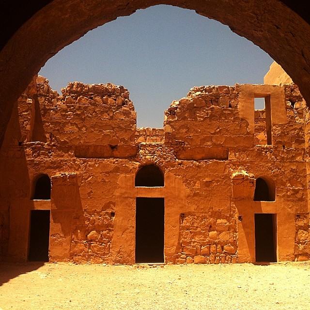 Giordania. Il cortile del castello Qasr Mushatta. Sembra oro.