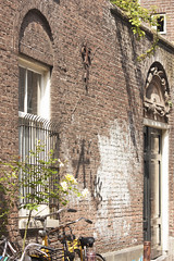Hidden beauty of Amsterdam - Tuinstraat (Kitty Terwolbeck) Tags: door city urban window netherlands amsterdam wall graffiti capital vandalism stad raam deur muur gevel tuinstraat vandalisme hoofdstad