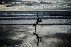 Miroir du ciel (PaxaMik) Tags: ocean reflection beach silhouette clouds mirror cloudy horizon reflet summertime été miroir nuages plage atlantique océan