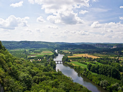 La Dordogne (schreibtnix on'n off) Tags: blue sky white france travelling clouds river reisen frankreich europa europe view himmel wolken dordogne blau domme ausblick bastide weis flus dordognevalley olympuse5 talderdordogne schreibtnix