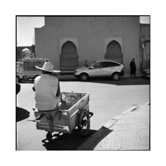waiting • marrakech, morocco • 2014 (lem's) Tags: street man rolleiflex waiting morocco maroc marrakech trailer rue homme planar attente carriole
