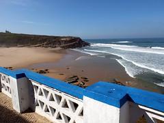 Outlook (52er Bild) Tags: portugal udosteinkamp fuji fujifilm x10 ocean atlantic sintra colares praiadasmaçãs water waves bucht bay cove blauer himmel heaven brandung surf