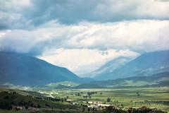 Vagues de nuages au dessus des montagnes autour de Gjirokaster - Albanie ([ Vincent Leroux Photo ]) Tags: cloud mountain fleur montagne pierre contraste albania nuage coquelicot balkan citadelle albanie gjirokaster albaniealbania