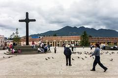 Espera (adrien.ledeul) Tags: mexico place cross pigeon jesus sancristobal mexique cowboyhat zocalo croix