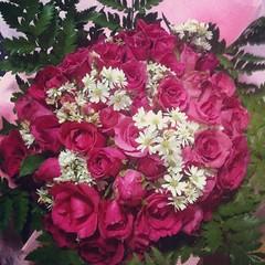 ขอบคุณพี่หนิง + พี่เฉียง สำหรับดอกกุหลาบสวยๆนะคะ และขอบคุณพี่โน๊ต หนุ่มหล่อผู้ส่งมอบความสุขมาให้ค่ะ #flowers #roses #beautiful