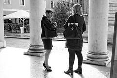 L'élégance ne se rapporte pas à l'âge - L'eleganza non è una question d'età! (Paolo Pizzimenti) Tags: film paolo femme olympus f18 fille zuiko amie omd argentique 25mm em1 doisneau élégance pellicule m43 âge habillement mirrorless