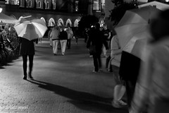 (delikizinyeri) Tags: street people night umbrella poland krakow