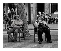 En La Rambla se puede descansar, beber y ver la gente pasar (La letra calma) Tags: barcelona city people urban blackandwhite white black blancoynegro blackwhite gente bcn citylife streetphotography bn larambla streetphoto socialphoto fotosocial