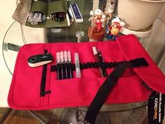 """""""외상"""":http://me2day.net/yuna/2014/06/13/p5msy8j-yr 이었던 조카3호 선물세트 완성. 내가 쓰는 붓펜 중 맘에 드는 색깔 4개와 물붓 펜, 지우개, 빨간색 아트 롤을 주문했고, 25년 된 내 로트링 카본 홀더(이게 있는 줄 모르고 스태들러 걸 또 샀음)와 콘테(이십년 된 게 있는 줄 모르고 또 샀음;)를 추가. (yuna) Tags: 걸 수 좋아하는 있는 me2day me2photo 해피밀 좋겠다 나머지는 스스로 이모가 7개 펜이나 크면서 33개의 붓을 끼울 아트롤인데 채워줬으니 도구로 채워갔으면 토이는 덤이다"""