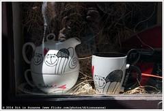 * (Dit is Suzanne) Tags: img8875 08062014 tsjechië czechrepublic чехия прага praha prague praag ©ditissuzanne canoneos40d sigma18250mm13563hsm hradčany градчаны praguecastle pražskýhrad пражскийград zlatáulička золотаяулочка raam window окно goudenstraatje goldenlane etalage shopwindow витрина kopenschotel cupandsaucer чашкаитарелочка kat cat кот кошка poes theepot чайник teapot lepel spoon ложка views600