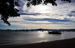 antes do entardecer... bfds! (Ruby Ferreira ®) Tags: sky clouds boats bay sand branches silhouettes hills galhos silhuetas iscas baits brasilemimagens santoantoniodelisboasc