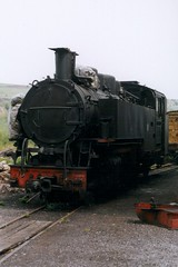 DR: Abgestellte Dampflok der Baureihe 99.77-79 neben dem Lokschuppen in Kurort Oberwiesenthal