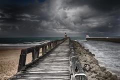 L'estacade (Jerome Pouysegu) Tags: ocean light sea mer beach clouds atlantic nuages plage atlantique