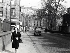 Lochee Road (Dundee City Archives) Tags: old olddundeephotos dundee photos lochee road cobdenstreet victorian victorianhousing victoriantenements architecture era buildings shops flats logie burialground cemetery stcolumbasparishchurch 1960s cars wines spirits dewars guiness pes324