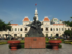 Ho Chi Minh Monument and City Hall, Ho Chi Minh City (twiga_swala) Tags: city monument statue architecture square french hall office place head centre colonial vietnam peoples viet chi ho ban minh saigon committee ville nam htel ph thnh h dn thnhphhchminh ch nhn sagon tr hte s y trsybannhndnthnhphhchminh