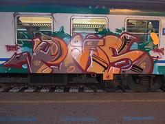 Immagine 234v (en-ri) Tags: verde train writing torino graffiti grigio tsb crew arrow pms arancione euron2