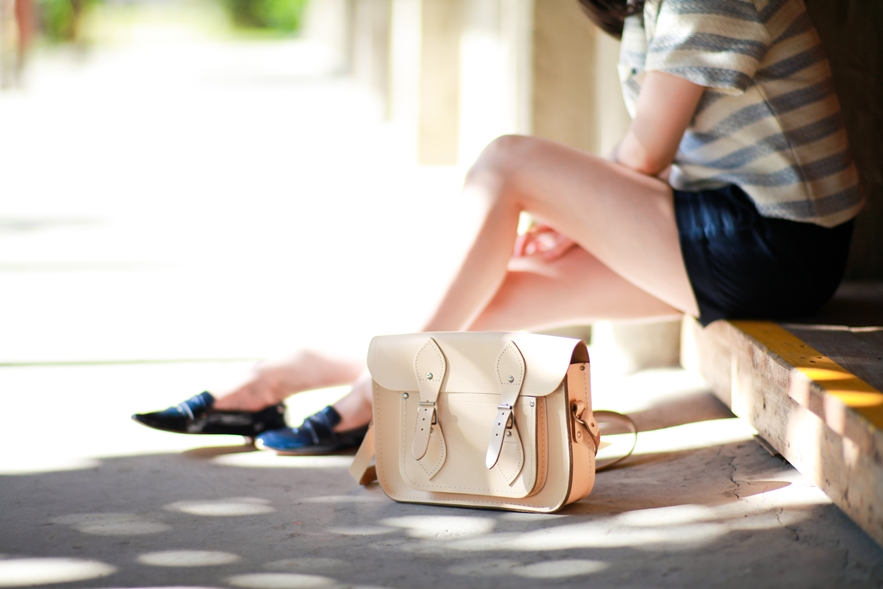 dahlia-stripe-top-cambridge-satchel-uniqlo-shorts-6