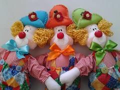"""Palhaços """"Alegria"""" (Ateliê Nananenê by Rê) Tags: cores boneco circo feitoàmão feltro festa aniversário decoração menino presente palhaço tecido enfeite picadeiro"""