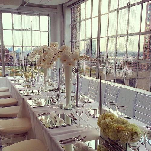 #whitewedding #nycwedding #nycloft #partywithaview #centerpiece