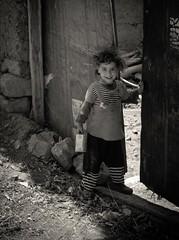 Rencontre avec un sourire (cafard cosmique) Tags: africa monochrome montagne photography photo eau foto image northafrica morocco maroc atlas maghreb enfant marruecos marokko marrocos afrique enfance afriquedunord  arous aitbougmez