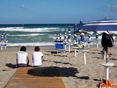 IMG_6237 - mare burrascoso, staff a riposo ! (molovate) Tags: panorama mare blu staff palermo burrasca spiaggia paesaggio passerella bagnino isoladellefemmine cavalloni volate tafme molovate