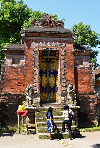 The Pura Lingsar temple / Mataram
