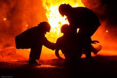 Hoguera de San Juan (Sonia Montes) Tags: color noche gente social sanjuan hoguera bombero
