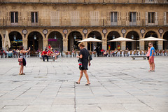 Sorteando trios (Rafa Medrano) Tags: street people streetphotography salamanca plazamayordesalamanca