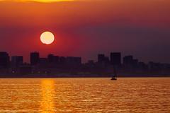 Ocaso sobre Rio (fredylp) Tags: sunset sol brasil riodejaneiro atardecer tele puestadesol atardeceres 70300mm niteroi niteri prdesol canonef70300mm canonef70300 lente70300