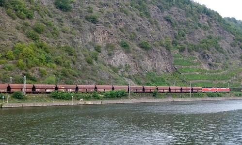 Güterzug auf der Strecke Trier Koblenz an der Mosel nähe Oberfell