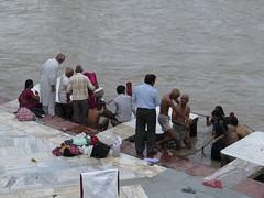 """Purification dans le Gange <a style=""""margin-left:10px; font-size:0.8em;"""" href=""""http://www.flickr.com/photos/83080376@N03/15020927725/"""" target=""""_blank"""">@flickr</a>"""
