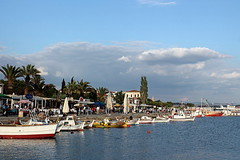 Cunda waterfront (overthemoon) Tags: blue sky clouds turkey palms landscape boats island waterfront trkiye aegean turquie trkei buoys cunda ayvalik balikesir presstrip buoyant alibeyadasi harmour