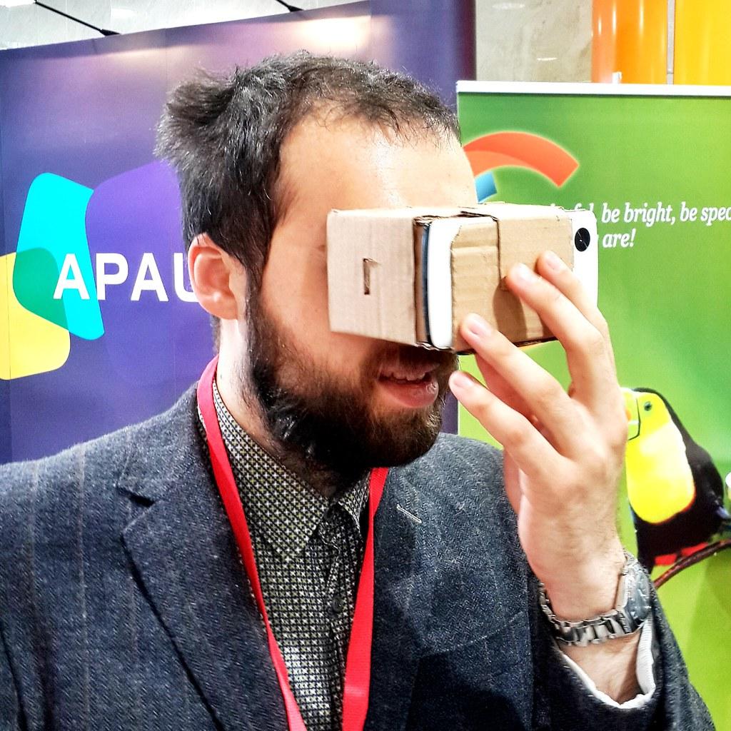 Las Google Cardboard VR son unos lentes de realidad virtual hechos de cartón, los cuales usando tu teléfono te permitirán hacer recorridos de realidad virtual de aplicaciones como Google Earth (y muchas otras por venir).Estos lentes fueron regalados a los asistentes del Google I/O 2014 y puedes construirlos tú mismo si quieres o comprarlos listos para armar si armar cosas no es lo tuyo. Google Cardboard VR (Photo credit: Sergey Galyonkin) Esto forma parte de una iniciativa liderizada por un empleado de Google en París el cual usó el 20% del tiempo de su trabajo (que suele dar Google para