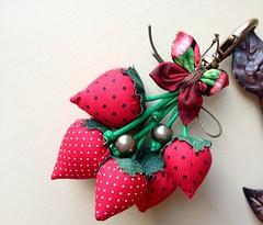 Chaveiro de moranguinhos! (Verachitta) Tags: borboleta fuxico morangos chaveiro moranguinho