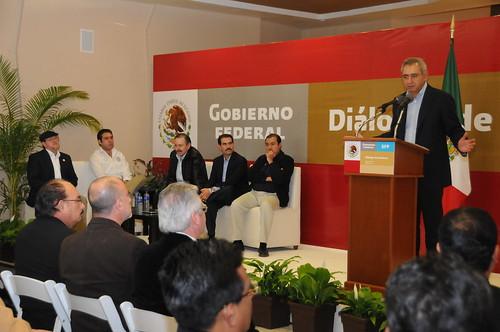 El Gobernador Guillermo Padrés participó junto al secretario de la función pública, Salvador Vega en los diálogos con la sociedad de Nogales con motivo del IV informe del Presidente Felipe Calderón.